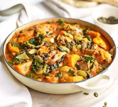Gryderet med krydret kylling spinat og søde kartofler