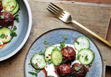 Lammefrikadeller med saltet agurk og bulgur