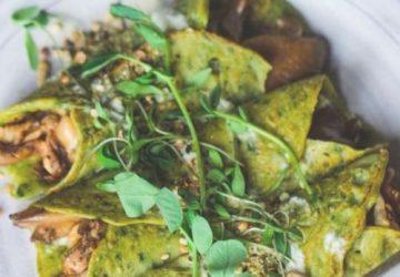 Spinat crepes med svampe, basilikum pesto & tahini dressing