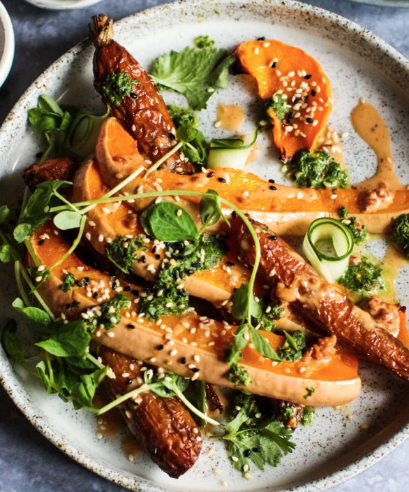 Stegte squash & gulerødder med peanut butter dressing & urter