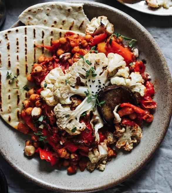 Gryderet med stegt blomkål, aubergine & kikærter (Vegan)