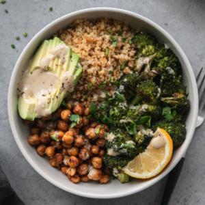 Quinoasalat med broccoli og kikærter